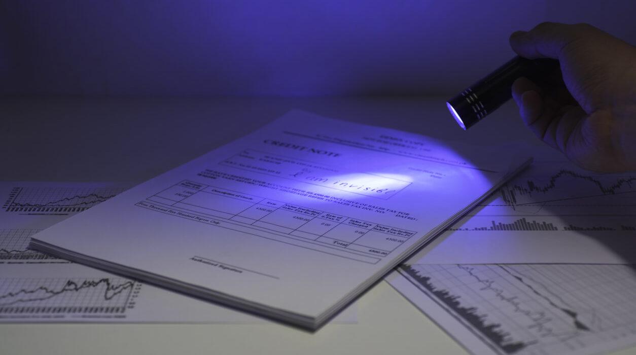 Image of a UV flashlight lighting a papersheet.