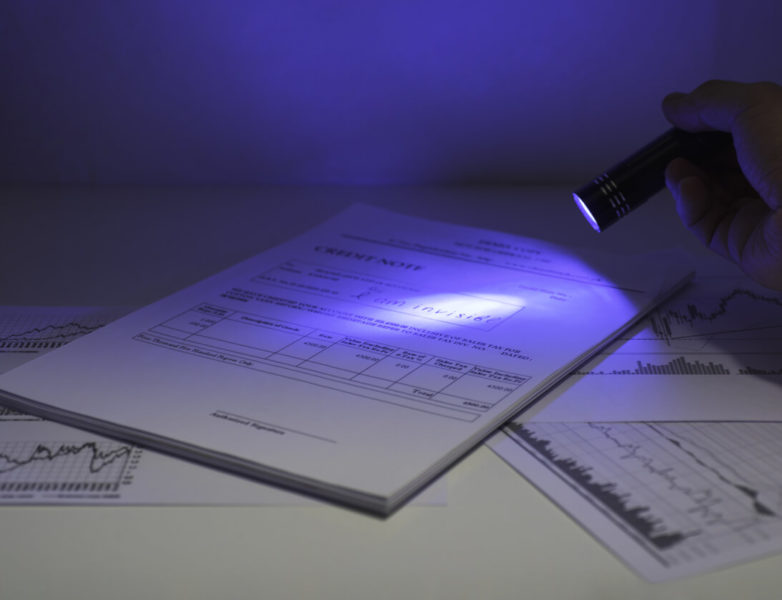 Image of a UV flashlight lighting a papersheet.
